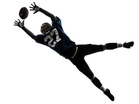 futbolista: un jugador de fútbol americano caucásico hombre captura de recibir en el estudio de la silueta aislado en el fondo blanco
