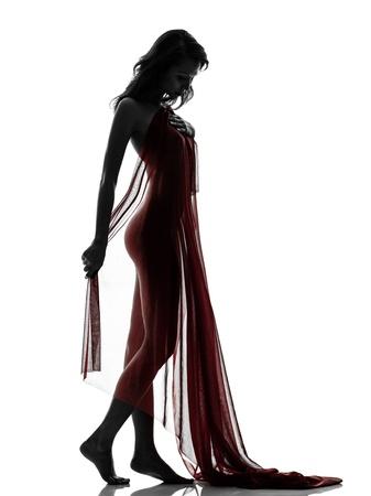 ein schöne asiatische Frau hinter roten Schleier in Silhouette Studio isoliert auf weißem Hintergrund nackt