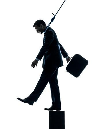 ahorcado: un hombre de negocios cauc�sico hombre suicida que cuelga en el estudio de la silueta aislado en el fondo blanco