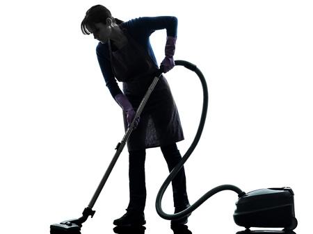 sirvienta: una mujer caucásica de limpieza de limpieza de vacío más limpia en estudio silueta aislados sobre fondo blanco Foto de archivo