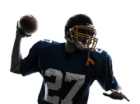 jugador de futbol: un hombre cauc�sico quarterback americano tirando jugador de f�tbol en el estudio de la silueta aislado en el fondo blanco Foto de archivo