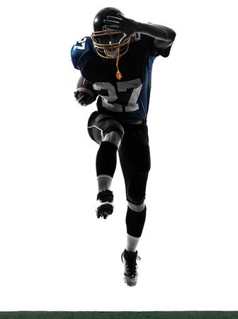 jugando futbol: un hombre caucásico de fútbol americano jugador que corre en el estudio de la silueta aislado en el fondo blanco Foto de archivo