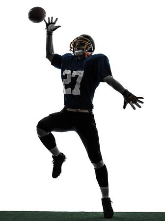 jugador de futbol: un jugador de f�tbol americano cauc�sico hombre captura de recibir en el estudio de la silueta aislado en el fondo blanco