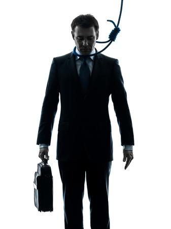 ahorcado: un hombre de negocios cauc�sico con nudo corredizo alrededor del cuello del ahorcado en el estudio de la silueta aislado en el fondo blanco