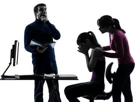 problemas familiares: una familia caucásica padre hija madre que ayuda a las tareas en el taller de silueta aislados sobre fondo blanco Foto de archivo