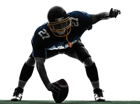 fuball spieler: ein Zentrum american football player Mann in Silhouette Studio isoliert auf wei�em Hintergrund