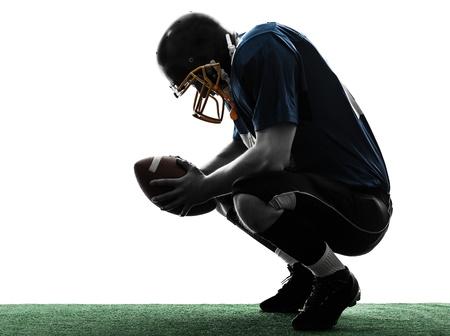 futbolista: un hombre caucásico derrotado americano jugador de fútbol en el estudio de la silueta aislado en el fondo blanco