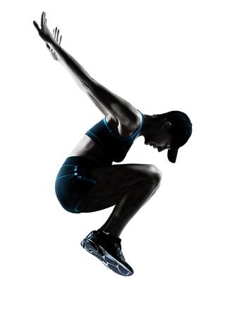 mujer deportista: una mujer caucásica que salta corredor corredor en estudio silueta aislados sobre fondo blanco