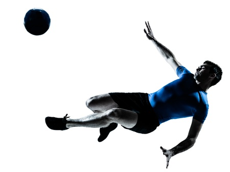 pelota de futbol: un hombre cauc�sico volar patadas jugando al f�tbol silueta jugador de f�tbol en el estudio aislado sobre fondo blanco