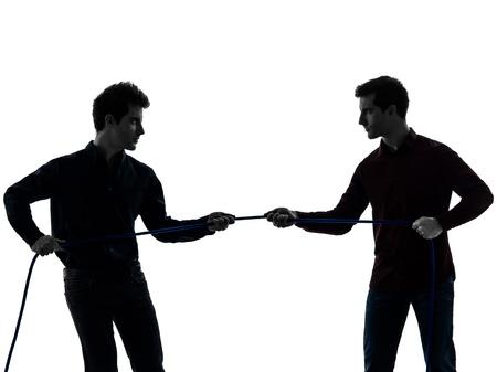 fraternidad: dos jóvenes caucásico tira y afloja en la sombra fondo blanco Foto de archivo