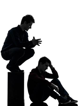 dominacion: caucásico dos hombres jóvenes dominación concepto sombra de fondo blanco