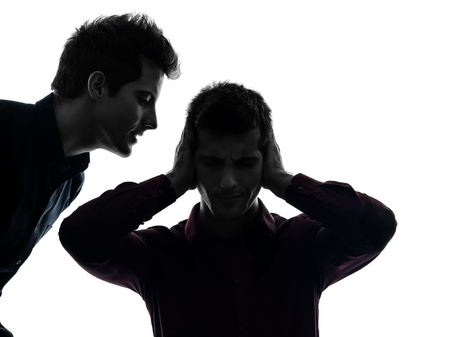 esquizofrenia: cauc�sico dos hombres j�venes dominaci�n concepto sombra de fondo blanco