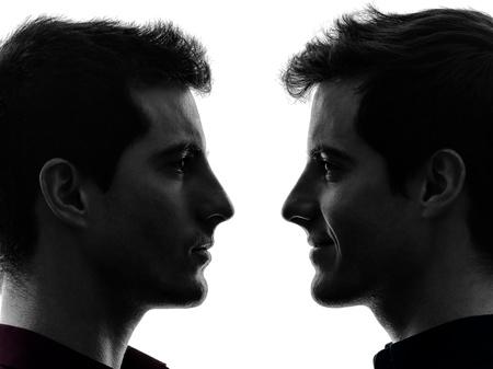 close-up portret van twee blanke jonge mannen in de schaduw witte achtergrond Stockfoto
