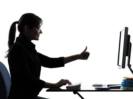 een zakenvrouw computer duim omhoog tevreden silhouet studio geïsoleerd op witte achtergrond