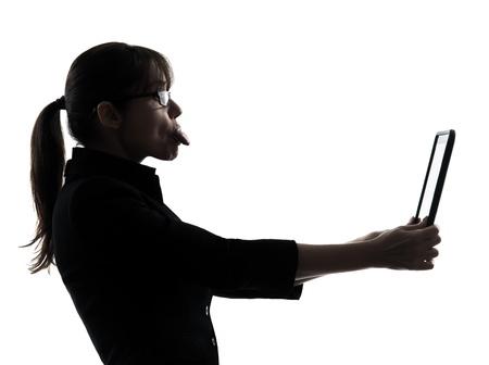 lengua afuera: una mujer de negocios de equipo informático lengua estudio digital silueta tablilla aislada en el fondo blanco