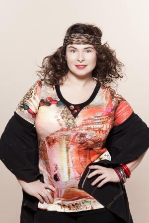large build: grande accumulo caucasica donna primavera estate modelle vestiti abbigliamento studio isolato su sfondo chiaro