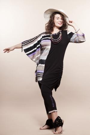 large build: grande accumulo caucasico donna piena lunghezza primavera estate modelle vestiti abbigliamento studio isolato su sfondo chiaro