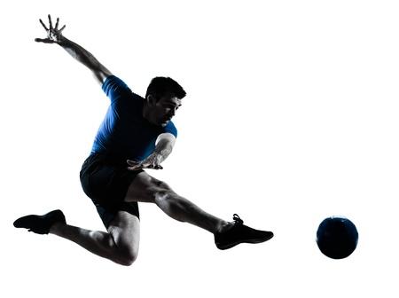 한 백인 남자는 흰색 배경에 고립 스튜디오에서 연주 축구 축구 선수 실루엣을 발로 비행