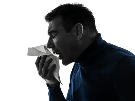 gripe: un retrato cauc?co estornudos hombre silueta en estudio aislado sobre fondo blanco