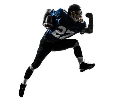 uniforme de futbol: un caucásico jugador de fútbol americano que corría en estudio de la silueta aislado en el fondo blanco