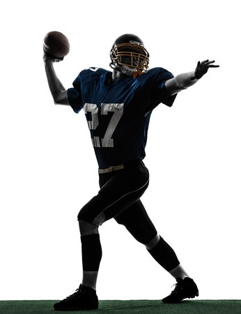 jugador de futbol: un cauc�sico quarterback lanza jugador de f�tbol americano hombre en estudio de la silueta aislado en el fondo blanco