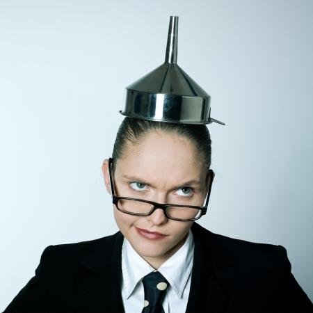 tonto: tiro del estudio retrato de una joven mujer de negocios loco caucásico con embudo