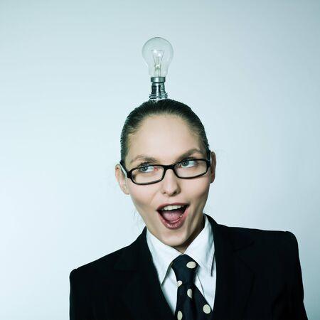 tonto: estudio disparo retrato de una mujer joven, caucásico, con poca luz sobre la cabeza