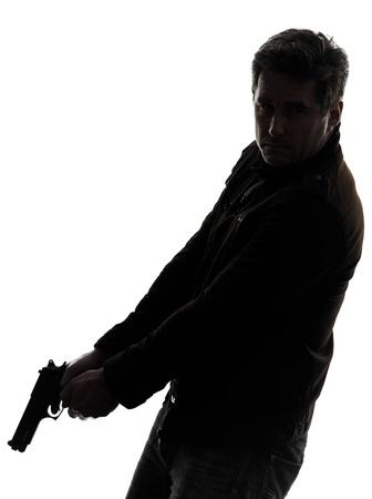 pistola: un hombre asesina polic�a con pistola silueta estudio de fondo blanco Foto de archivo