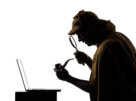 desconfianza: sherlock holmes silueta en el estudio sobre fondo blanco