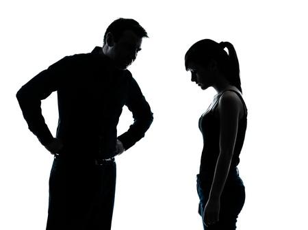 personne en colere: un homme et fille adolescente conflit des diff�rends dans la silhouette � l'int�rieur isol� sur fond blanc