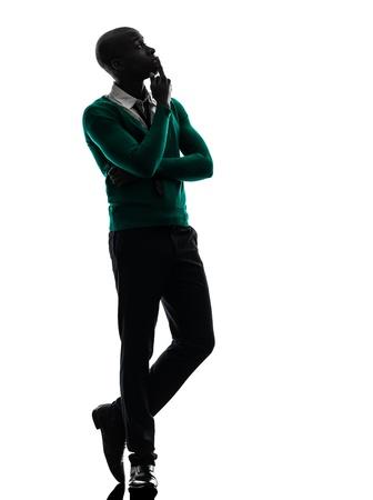negras africanas: un hombre negro africano pensando pensativo en estudio de la silueta sobre fondo blanco