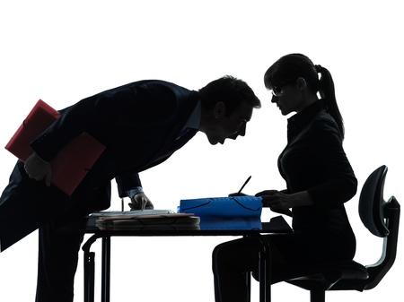 acoso laboral: una mujer de negocios caucásicos hombre joven en estudio de la silueta aislado en el fondo blanco