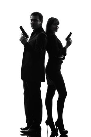 mujer con pistola: un hombre cauc?sico detective secreto criminal agente con el arma en estudio silueta aislados sobre fondo blanco