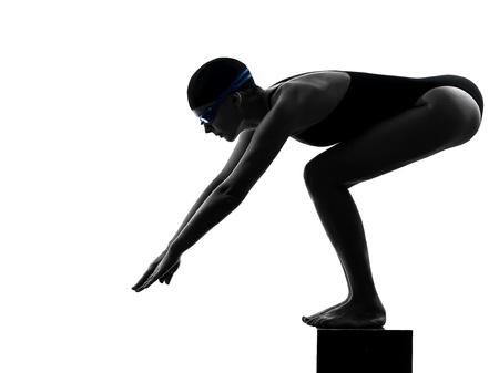 ein Frau kaukasisch Wettbewerb Schwimmer beim Start in Silhouette Studio isoliert auf weißem Hintergrund