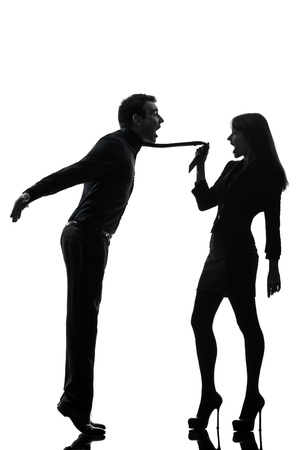 dominacion: una pareja cauc?sica mujer seductora concepto de uni?n en el estudio de la silueta aislado en el fondo blanco