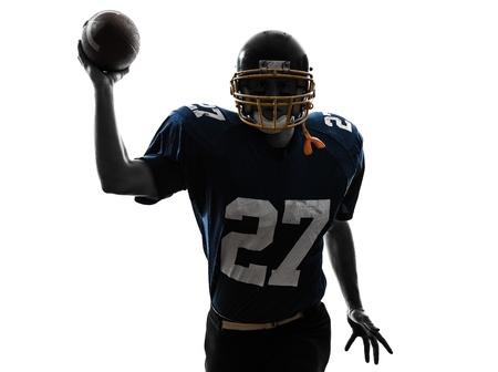 fuball spieler: ein caucasian Quarterback amerikanischen werfen Fu?ballspieler Menschen in der Silhouette Studio isoliert auf wei?em Hintergrund