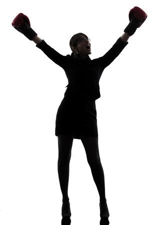 guantes de boxeo: una mujer de negocios con la caja estudio silueta g guantes aislados en fondo blanco