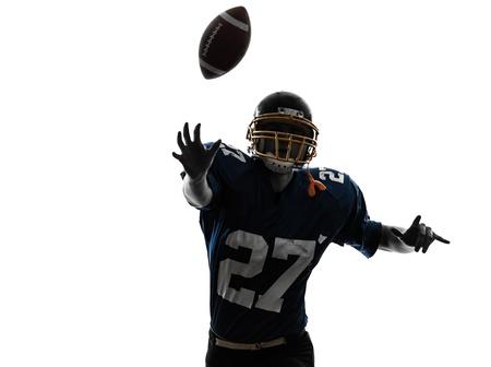 jugador de futbol: un hombre cauc?co quarterback americano tirando jugador de f?l en el estudio de la silueta aislado en el fondo blanco
