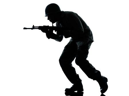 hombre disparando: un hombre cauc?sico soldado del ej?rcito atacando en el estudio aislado en fondo blanco