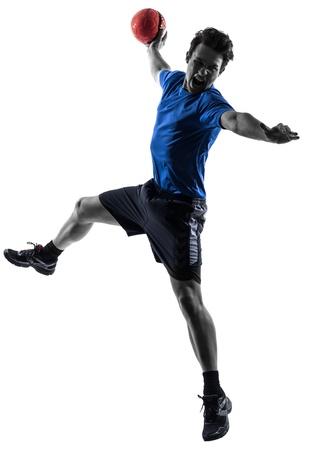 pallamano: un giovane uomo caucasico che esercita giocatore di pallamano in studio silhouette su sfondo bianco