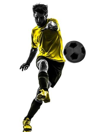 balon soccer: una brasileña de fútbol jugador de fútbol joven patadas en estudio de la silueta sobre fondo blanco