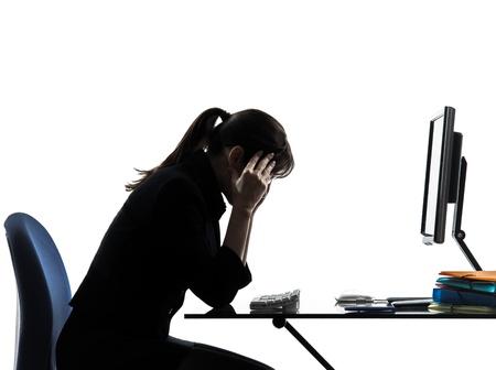 dolor de cabeza: una mujer de negocios con dolor de cabeza problemas cansados ??silueta estudio aislado sobre fondo blanco