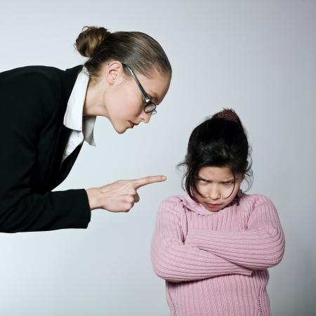 arroganza: tata insegnante madre donna bambino conflitto dipute problemi dell'educazione
