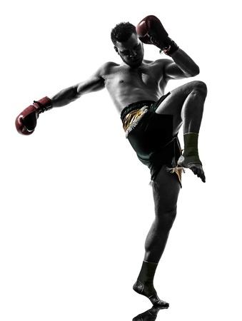 arte marcial: un hombre cauc�sico ejercicio thai boxing en estudio de la silueta sobre fondo blanco