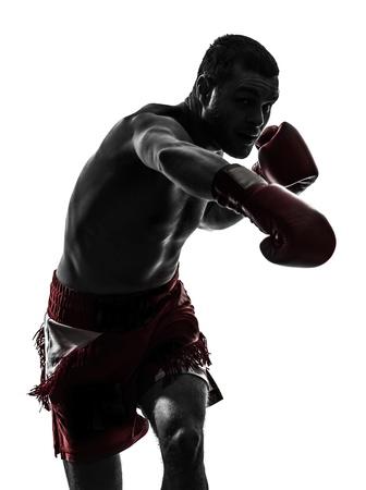boxeador: un hombre cauc?sico ejercicio thai boxing en estudio de la silueta sobre fondo blanco