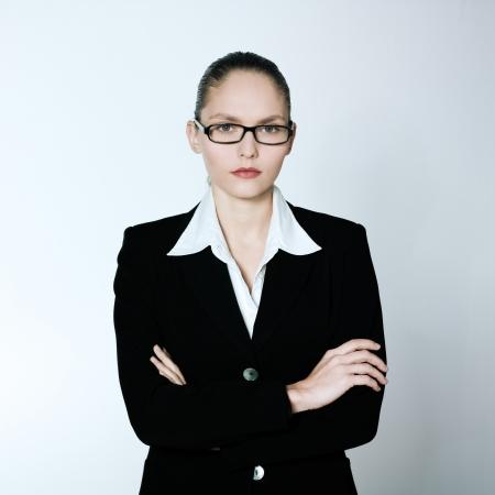 スタジオ撮影 1 人の白人の若者の深刻なビジネス女性の肖像画