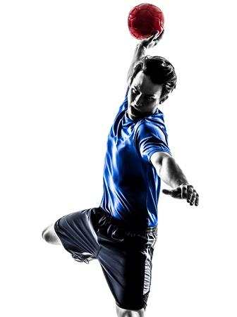 pallamano: uno caucasico giovane uomo che esercita giocatore di pallamano in silhouette studio su sfondo bianco