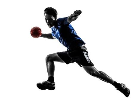 balonmano: un joven cauc?sico ejercicio jugador de balonmano en el estudio de la silueta sobre fondo blanco