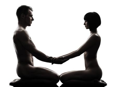 desnudo masculino: un hombre cauc?sico mujer sexual kamasutra postura actividad amor en estudio de la silueta sobre fondo blanco