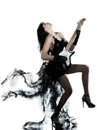 白い背景と分離されたスタジオのギターの演奏一人の女性